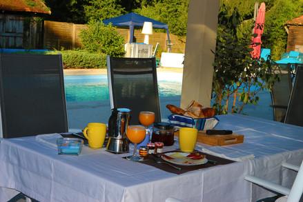 Petit déjeûner complet au soleil matinal au bord de la piscine