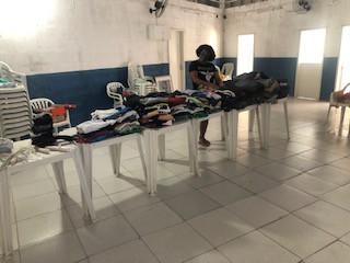Entrega de roupas e corte de cabelo na Casa de Fátima