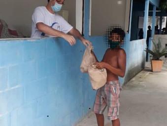 Doação de pães em Sepetiba