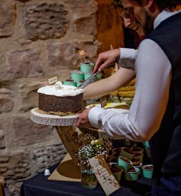 log slice cake stand cutting the cake re