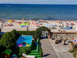 Sarbinowo promenada i plaża latem