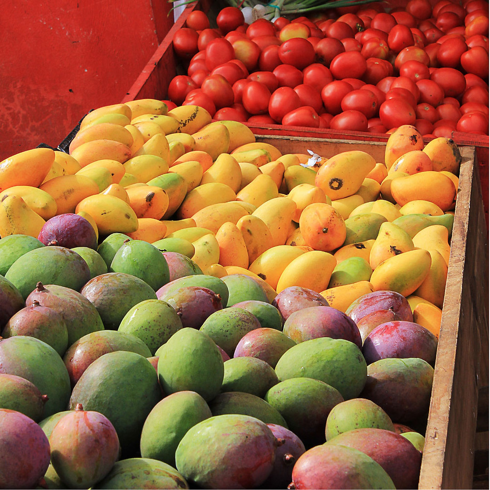 maket-stall-colourful-mangoes-green-yellow-red