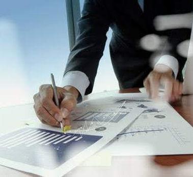 43291274-double-exposition-des-affaires-travaillant-main-avec-la-nouvelle-stratégie-de-l-o