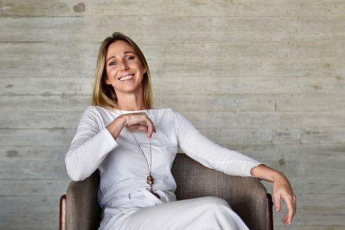Cecilia Hugony sentada