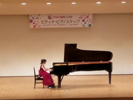 ピアノをステージで演奏する(七尾市)