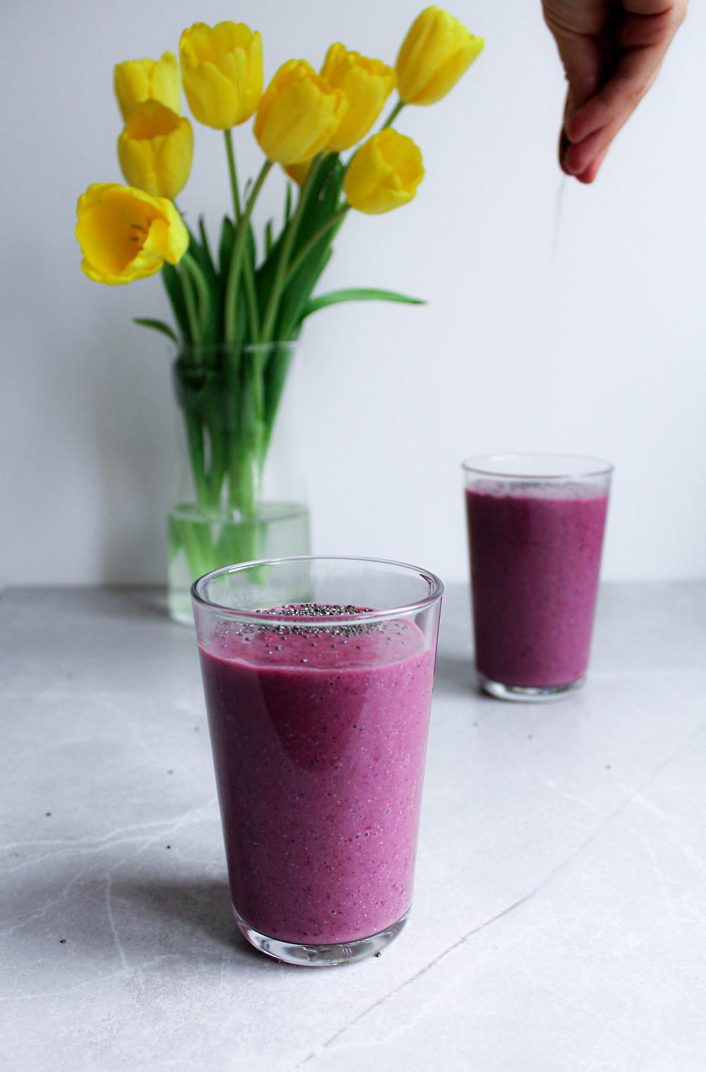 See põldmarja smuuti on hea vahepala. Annab kehale energiat, vitamiine ja mineraale. Chia seemned teevad selle mõnusalt krõpsuvaks. Võta see endaga kaasa kuhu soovid ja naudi millal vajad energiat juurde!