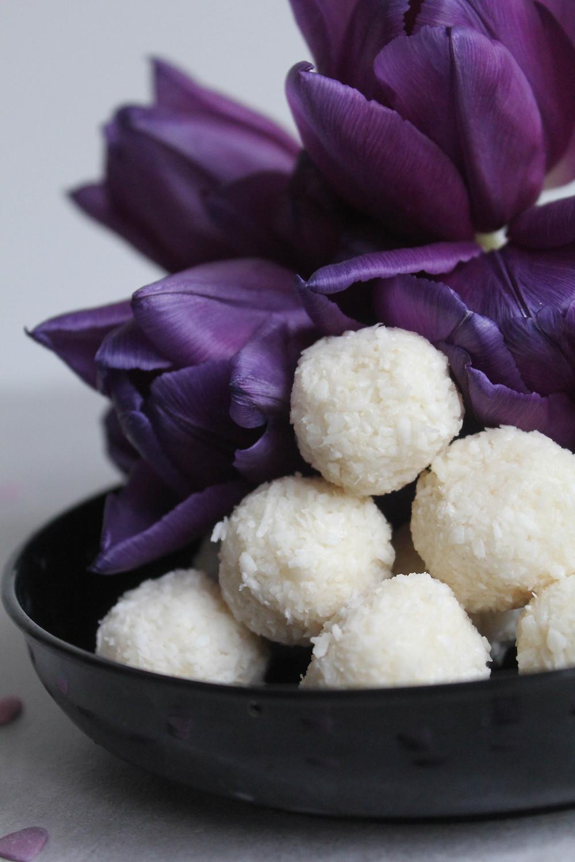 Kookoskondenspiimased magusad almarello kommikesed on imeline maiuspala igaühele. Vegan ja taimetoitlase sõbralik. Laktoosi- ja gluteenivaba. Kodused Raffaello Ferrero kommikesed.