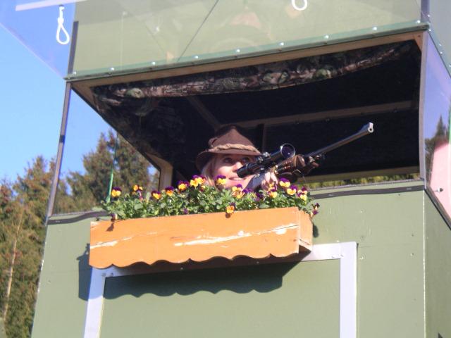 Jägerin mit Jagdkanzel