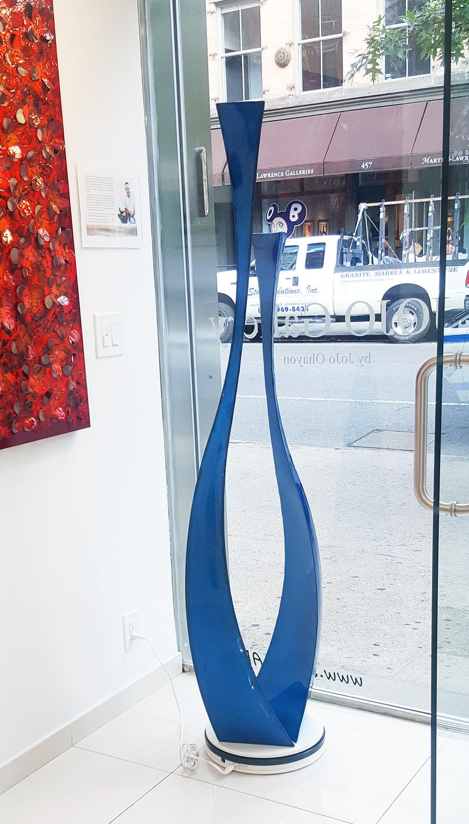 """כדי """"סטלר"""" בגימור כחול מבריק בגלריה בניו יורק"""