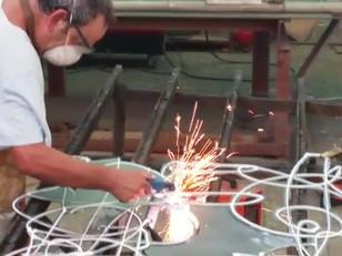 ג'וג'ו מדגים את תהליך העבודה במתכת