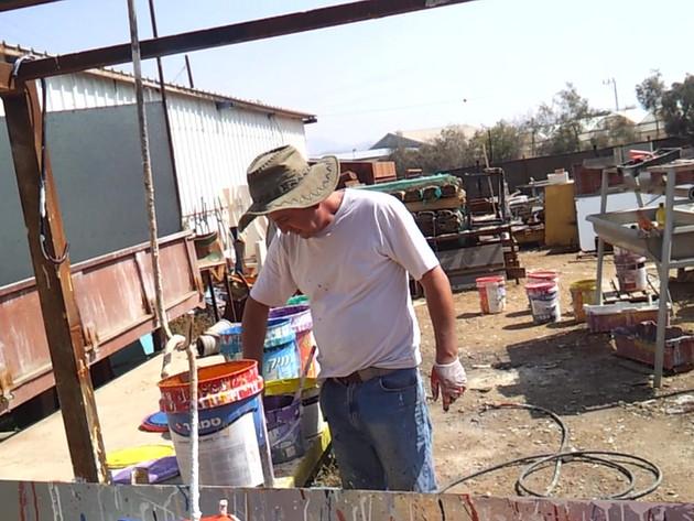 """ג'וג'ו מדגים צביה של כדי """"סהרה"""" בסטודיו בים המלח"""
