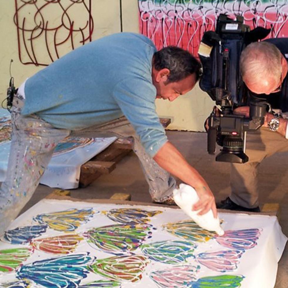 Jojo's is painting on camara!