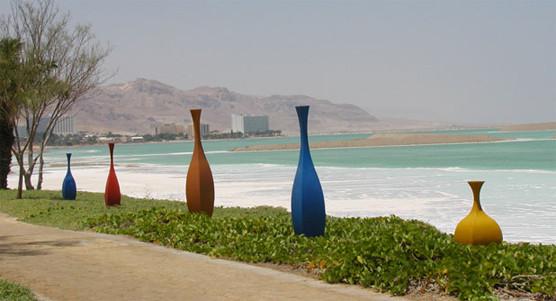 הכדים של ג'וג'ו מוצבים לארוך הטיילת בים המלח