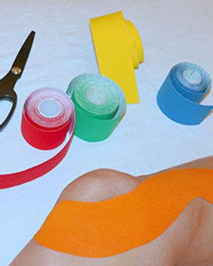 Bei einer instabilen und/oder schmerzenden Situation an der Knieinnenseite wird das Tape entsprechend dem Muskel, dem Band oder der Sehne mit leichtem Zug aufgeklebt. So ist das Gelenk gestützt. Durch das Anhaften des Tapes auf der Haut tritt ein Massageeffekt zur Erhöhung der Durchblutung ein. © Ulrike Heinich