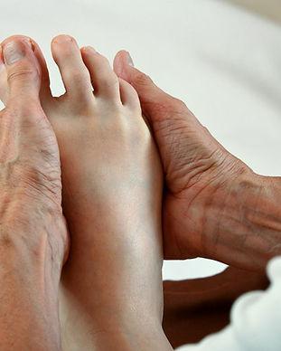 Sie liegen bequem in Rückenlage und ich drücke gezielt die Zonen an Ihren Füßen, die behandlungsbedürftig sind. © Ulrike Heinich