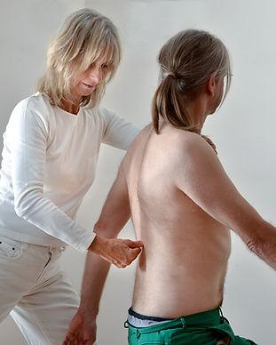 Korrektur von Wirkbelverschiebungen durch Armpendeln des Patienten und gleichzeitigem Druck auf den entsprechenden Wirbel. © Ulrike Heinich