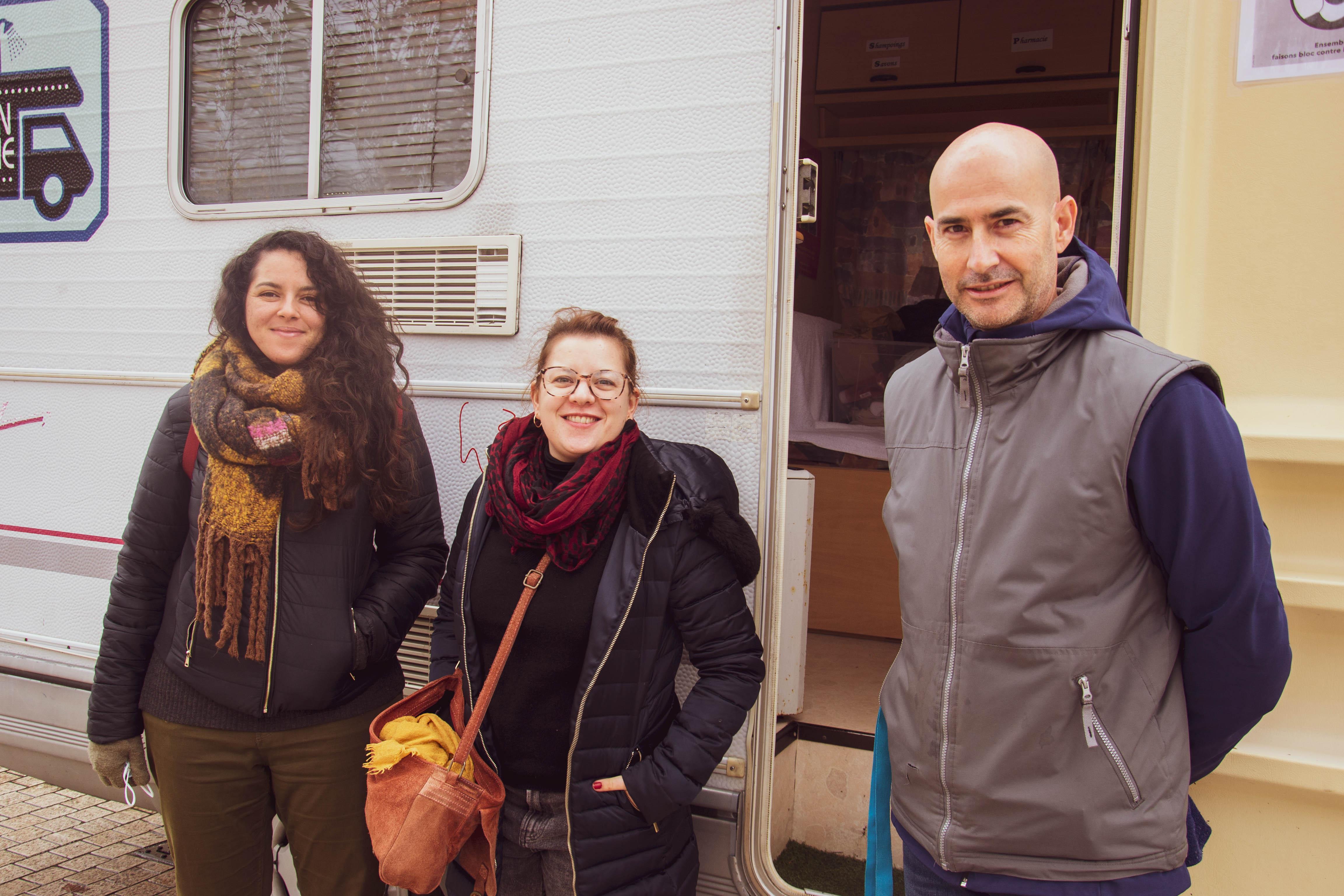 Les bénévoles à la sortie du camion mixte allée Jules Guedes