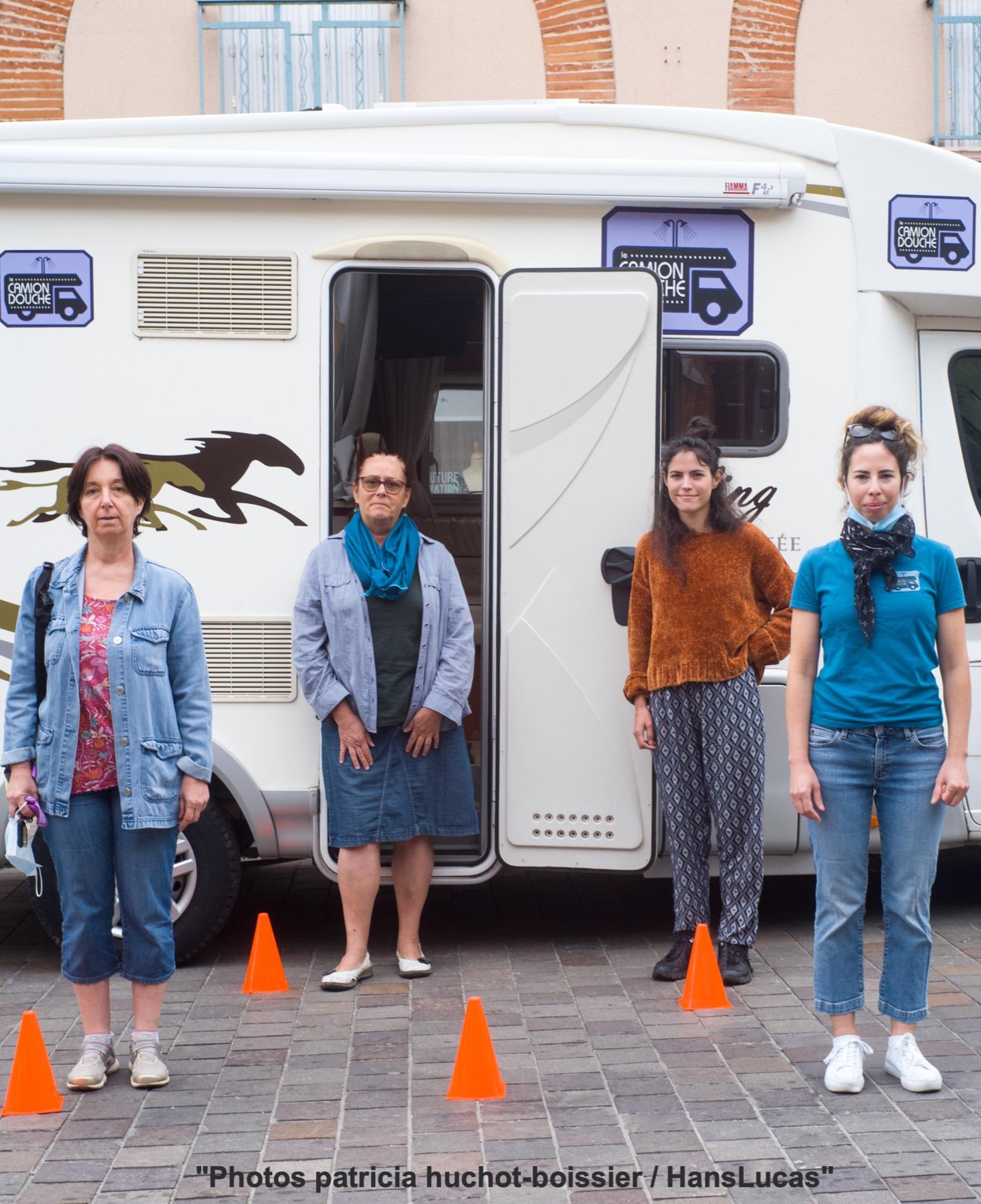 Les bénévoles à la sortie du camion des femmes place Lange