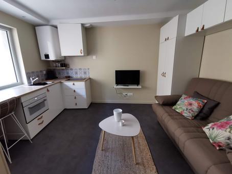 Transformation d'une grande cuisine en studio meublé