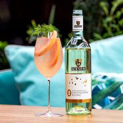 5-0%-bottle-pink-cocktail-outdoor-settin