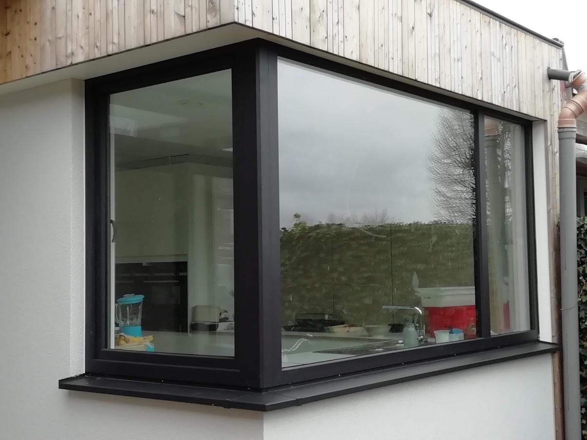 zwart raam met aluminium onderdorpel