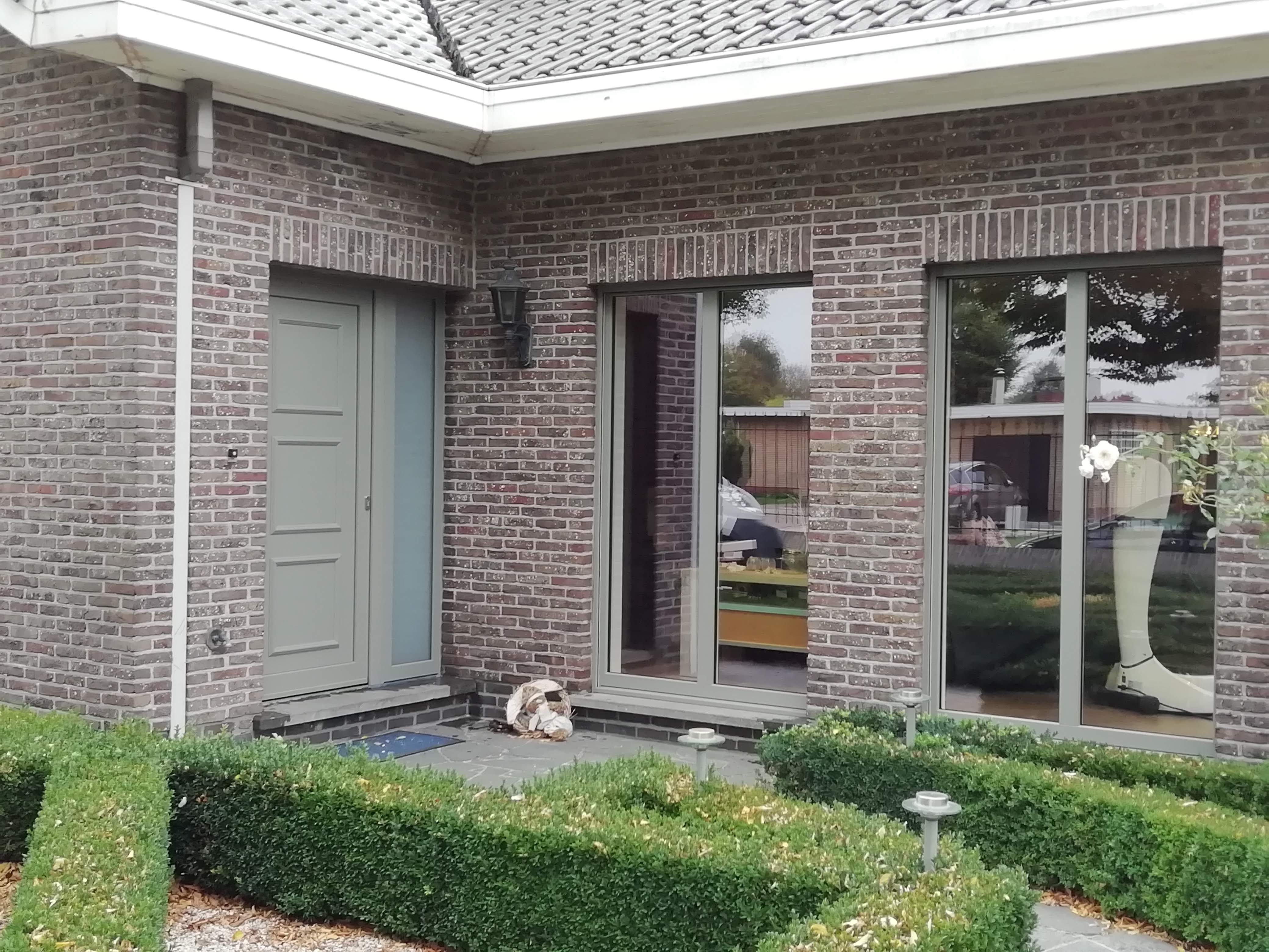 ramen en deur in betongrijs