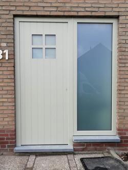 deur in kiezelgrijs en vleugeloverdekken