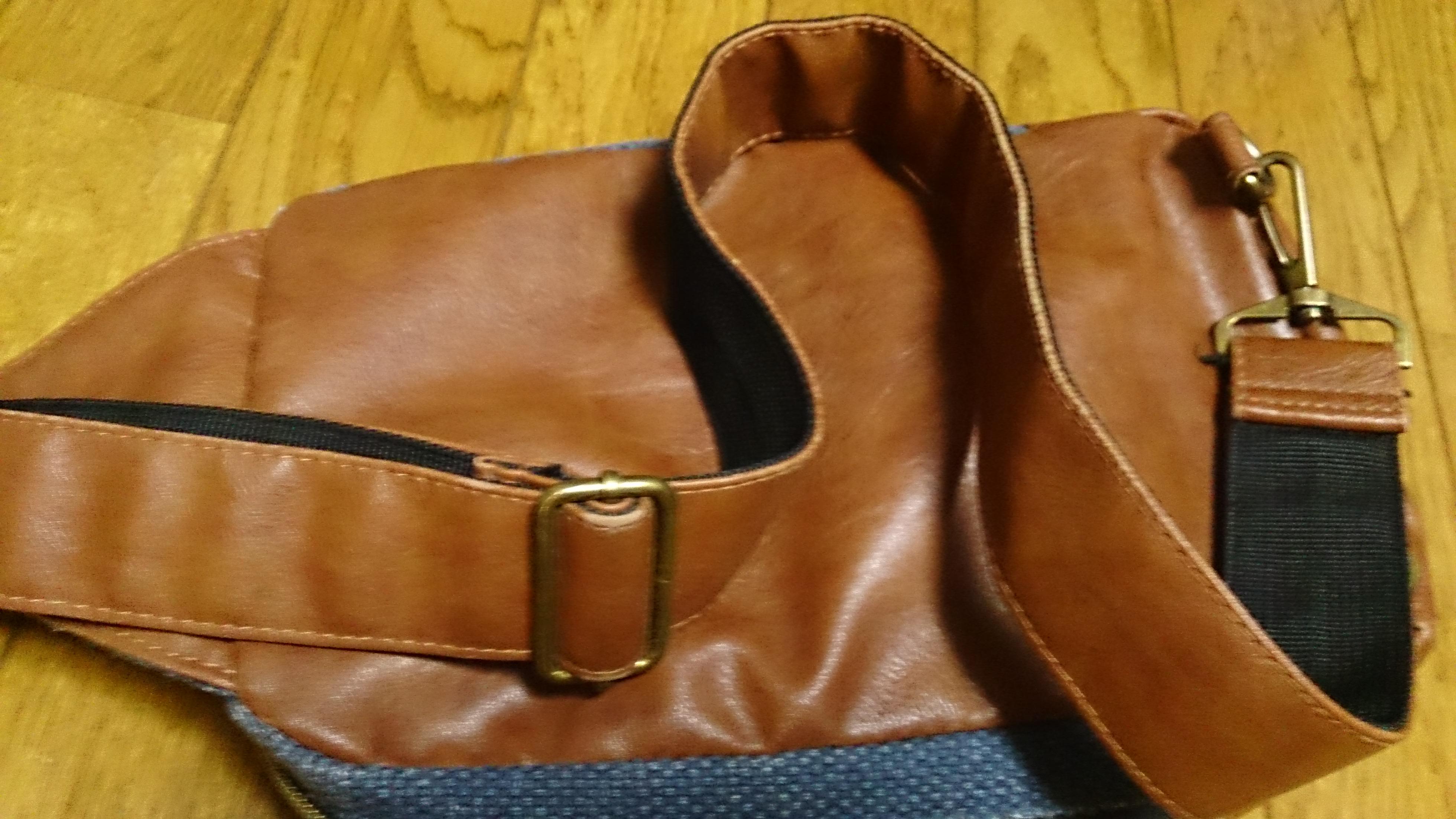 革製のかばんを用意