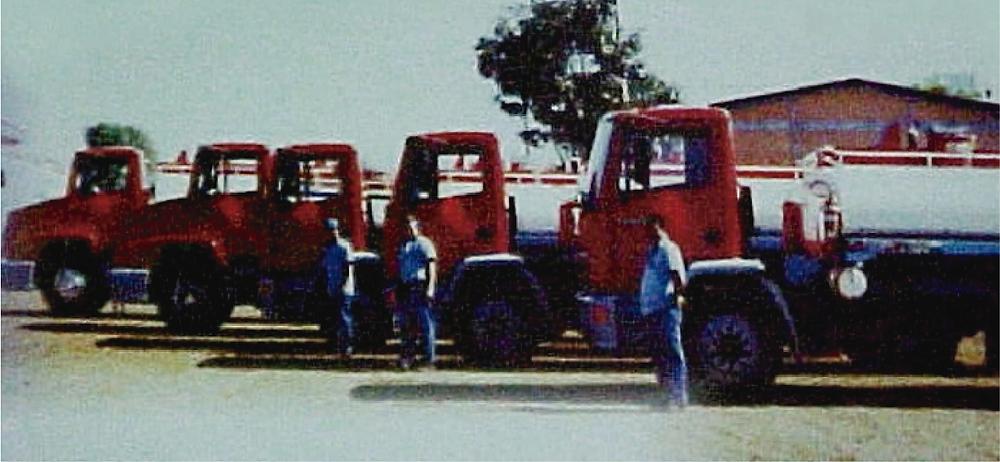 Imagem histórica da frota composta por caminhões Taurus, no início das operações.