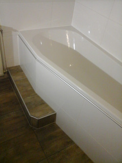 Badezimmer Badewanne Holzoptik Weiß