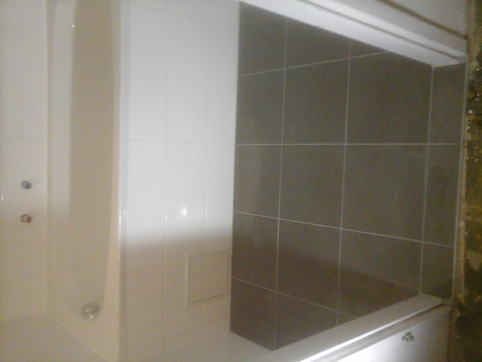 Badezimmer Badewanne Grau Weiß