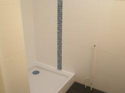 Badezimmer Duschkabine Weiß mit Mosaikstreifen