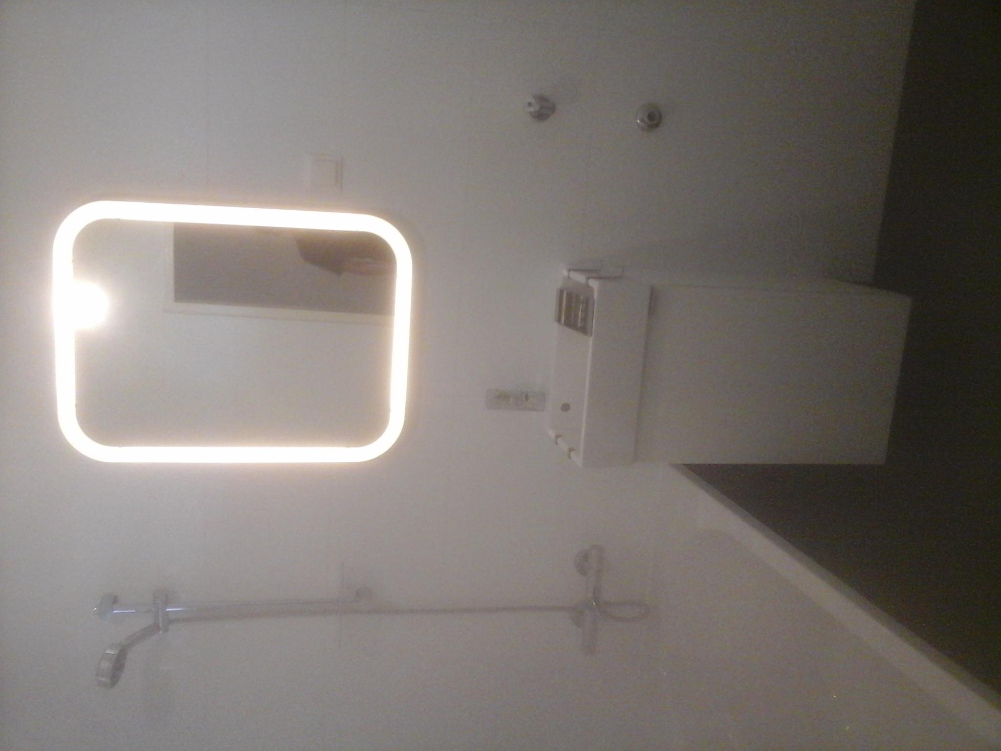 Badezimmer Badewanne Schwarz Weiß LED Spiegel