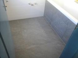 Badezimmer Badewanne Grau/Weiß