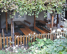 Gastgarten von oben.JPG