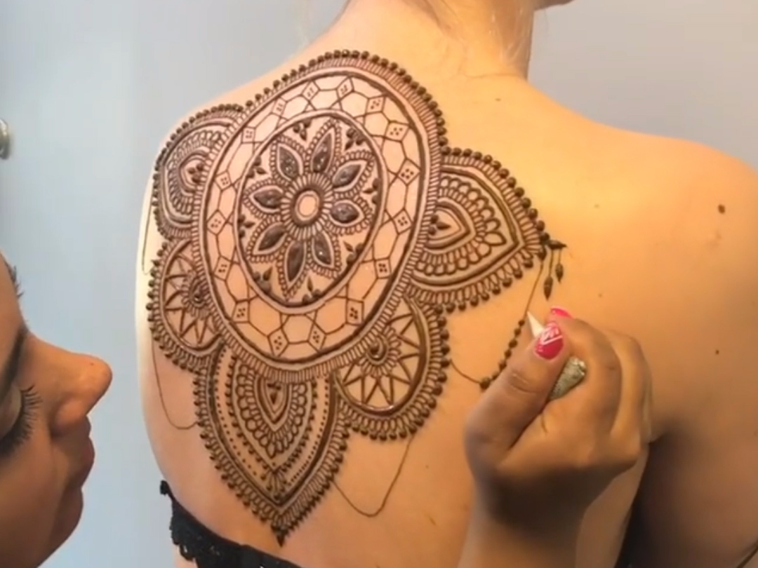 this-artist-can-cover-your-body-in-beautiful-henna.png