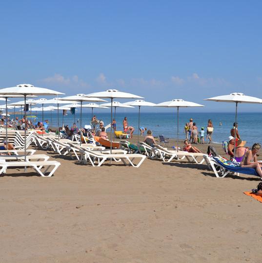 Tumbonas-y-sombrillas-en-la-playa-de-Dén
