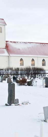 Garðakirkja og kirkjugarður í vetrarbúningi