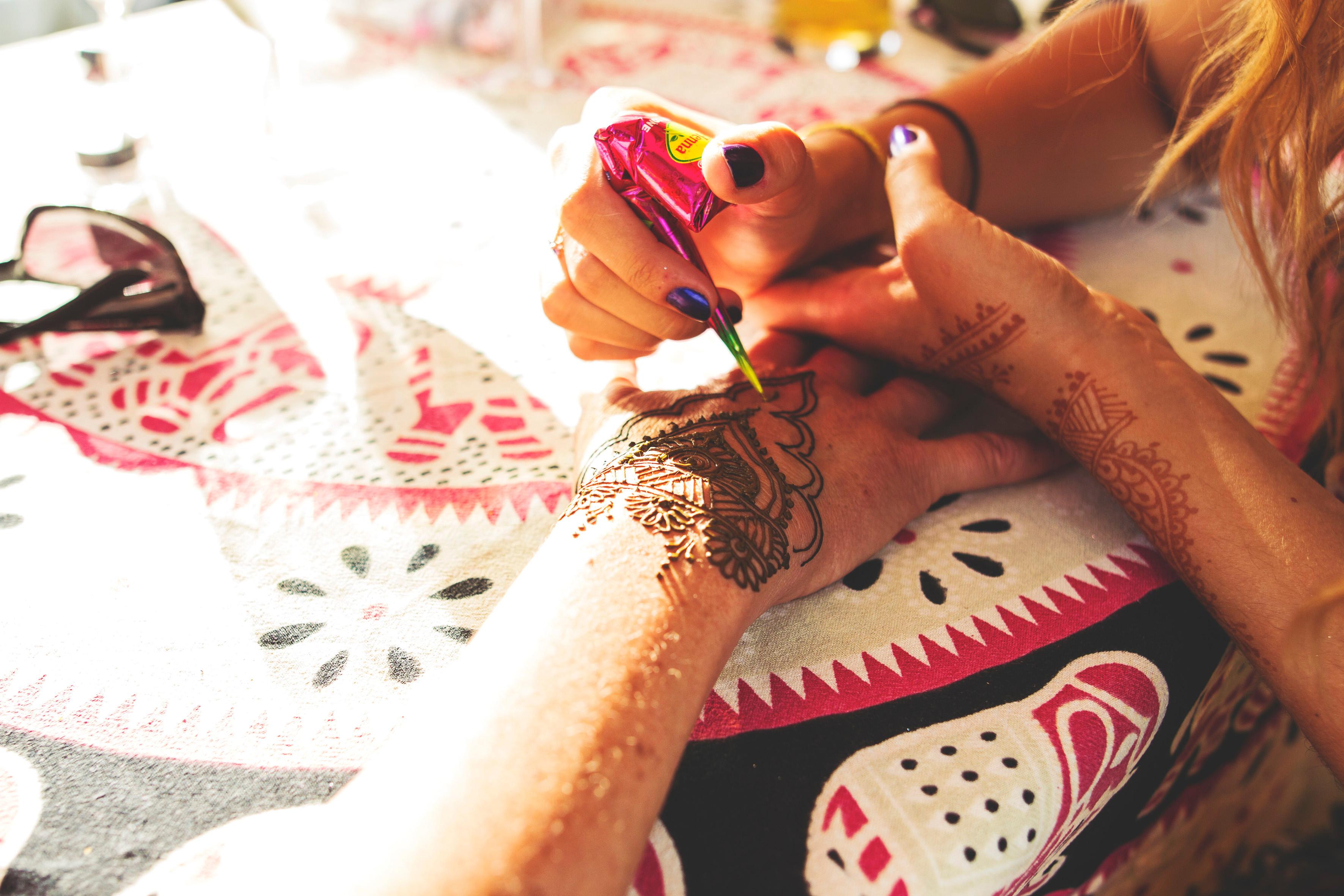 Henna Commission