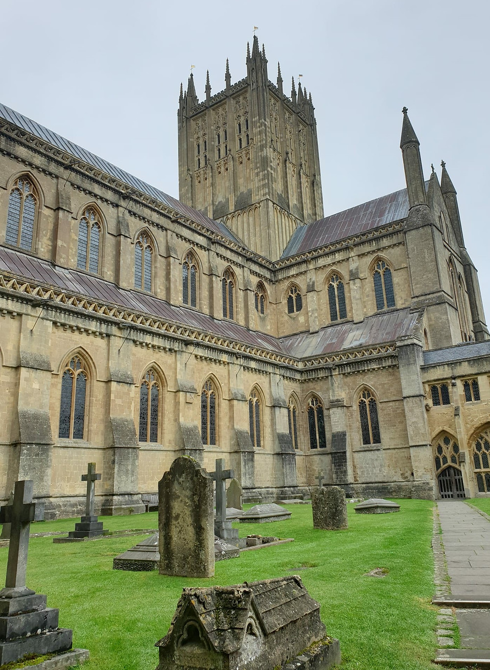 Fotoğrafta da gördüğünüz yer Wells Katedralinin bahçesi bir başka deyişle mezarlığı da diyebiliriz. Dini olarak pek bir bilgimiz olmasa da burada yatanların Hristiyanlar için önemli kişiler olduğu mezar taşlarından belliydi.