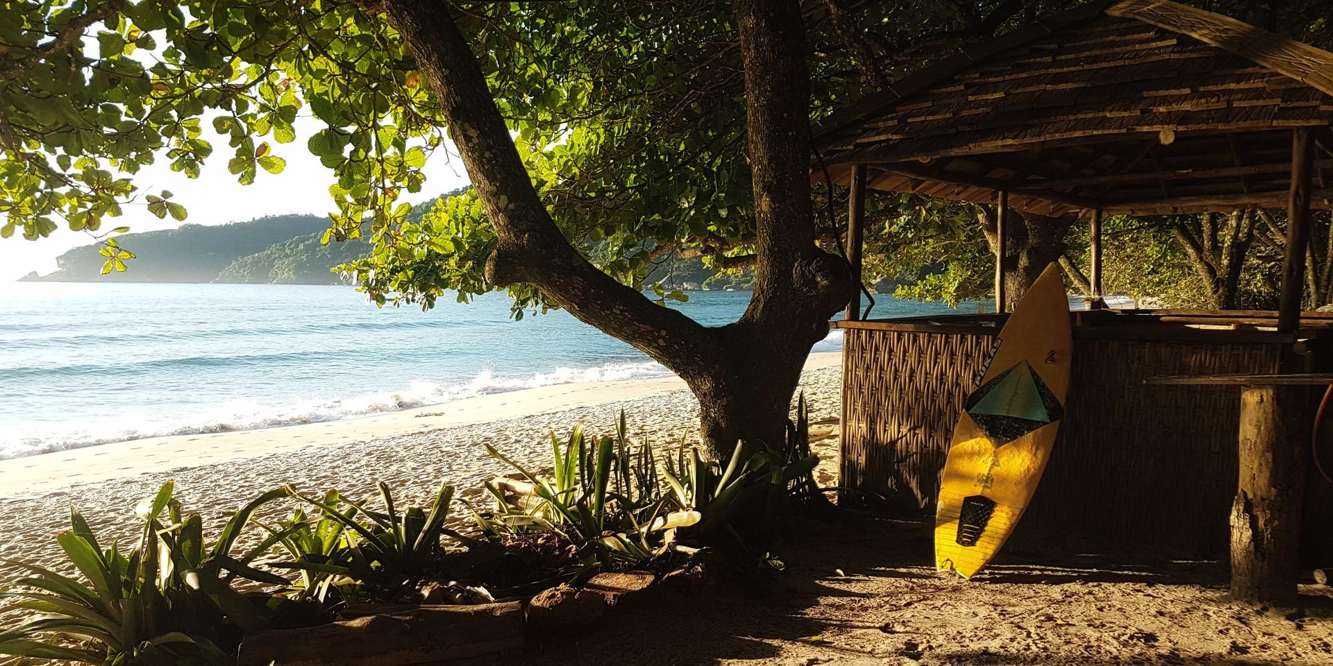 Pequeno bar na Praia do Caixa D'Aço.