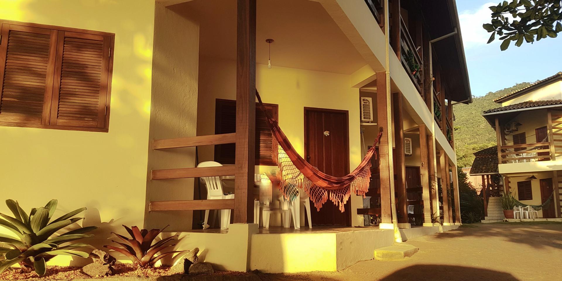 Sol da manhã no prédio lateral.