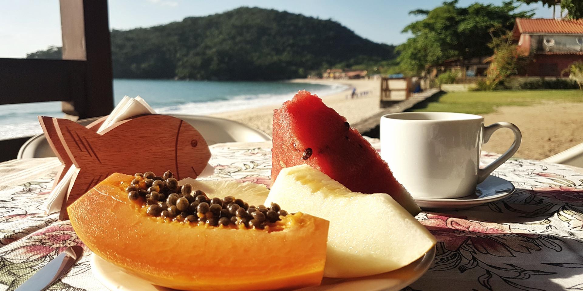 Café da manhã servido de frente à praia.