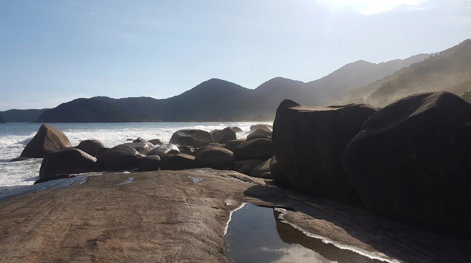 Pedras que dividem a Praia de Fora e a Praia do Cepilho na Trindade.