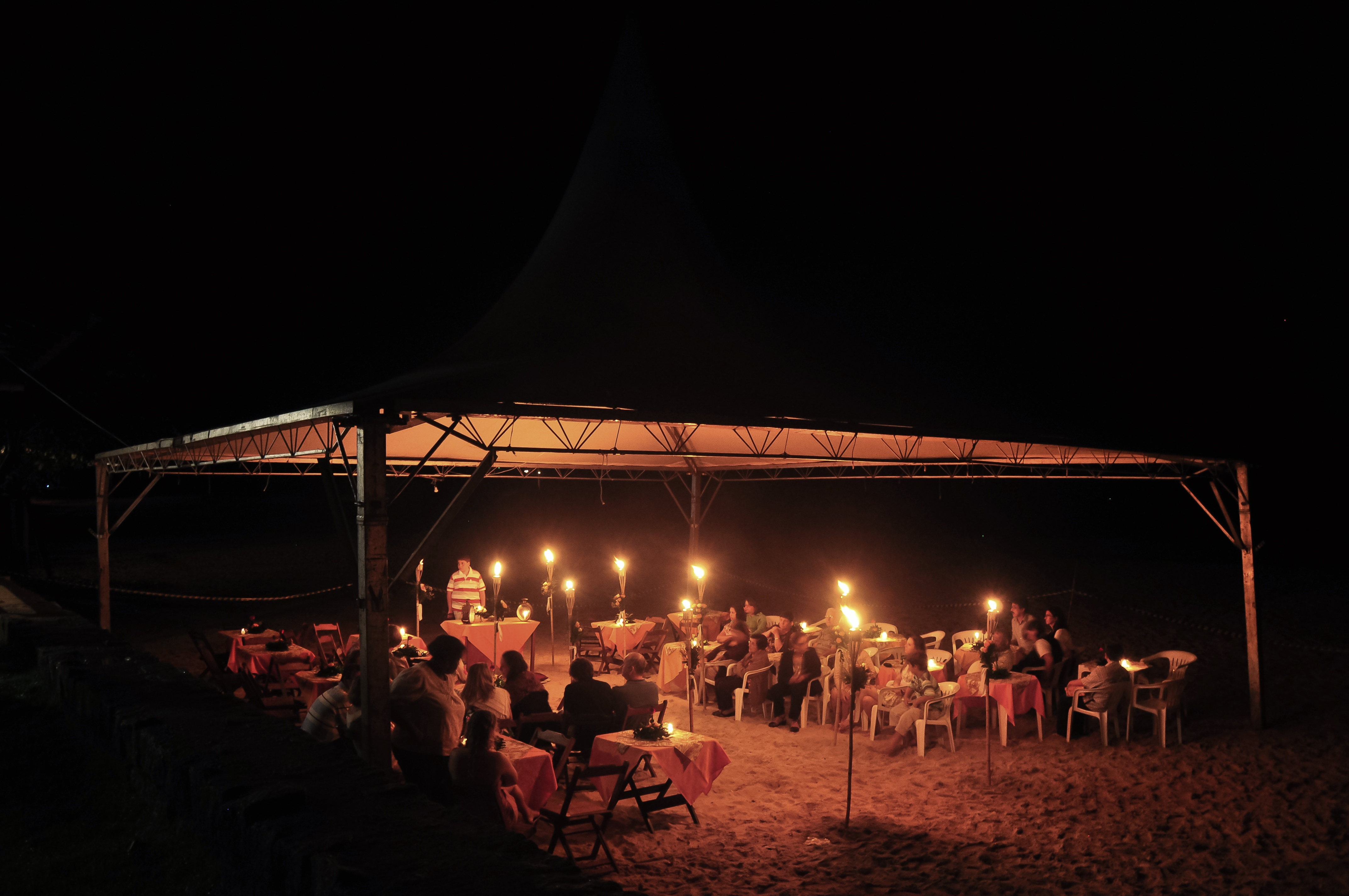 Tenda p/casamento montada na praia