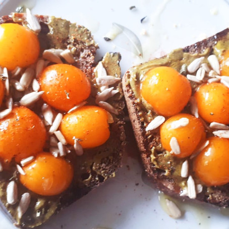 Tartines pistaches tomates sur pain pumpernickel