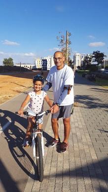 עופר מקדש ותלמיד רכיבה על אופניים