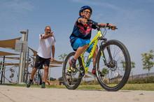 עופר מקדש מלמד רכיבה על אופניים
