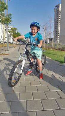 ילג עם קסדה על אופניים