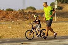 עופר מקדש ותלמיד על אופניים